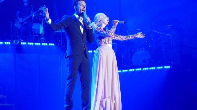 Duett i blått scenljus.