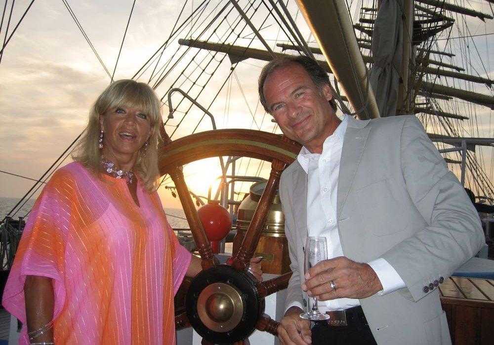 Lill-Babs och Christer Björkman seglar.