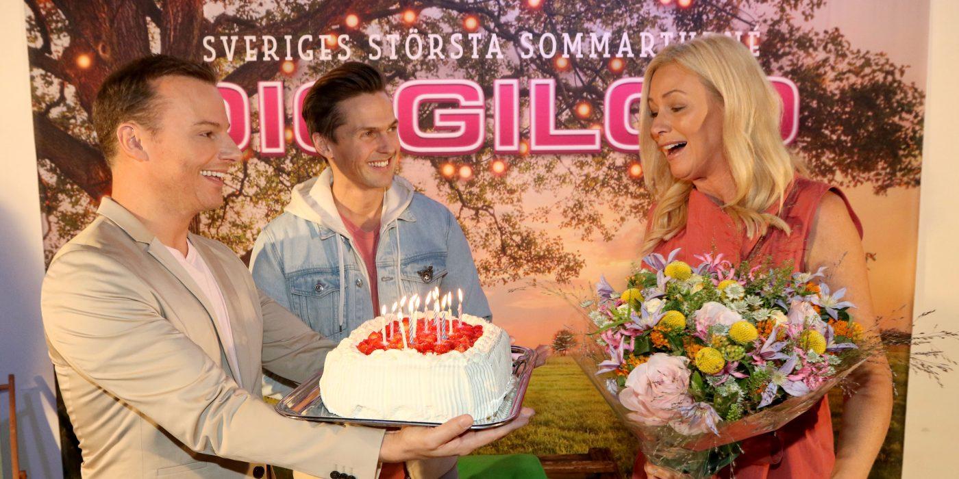 Magnus Carlsson ger Jessica Andersson en jordgubbstårta.